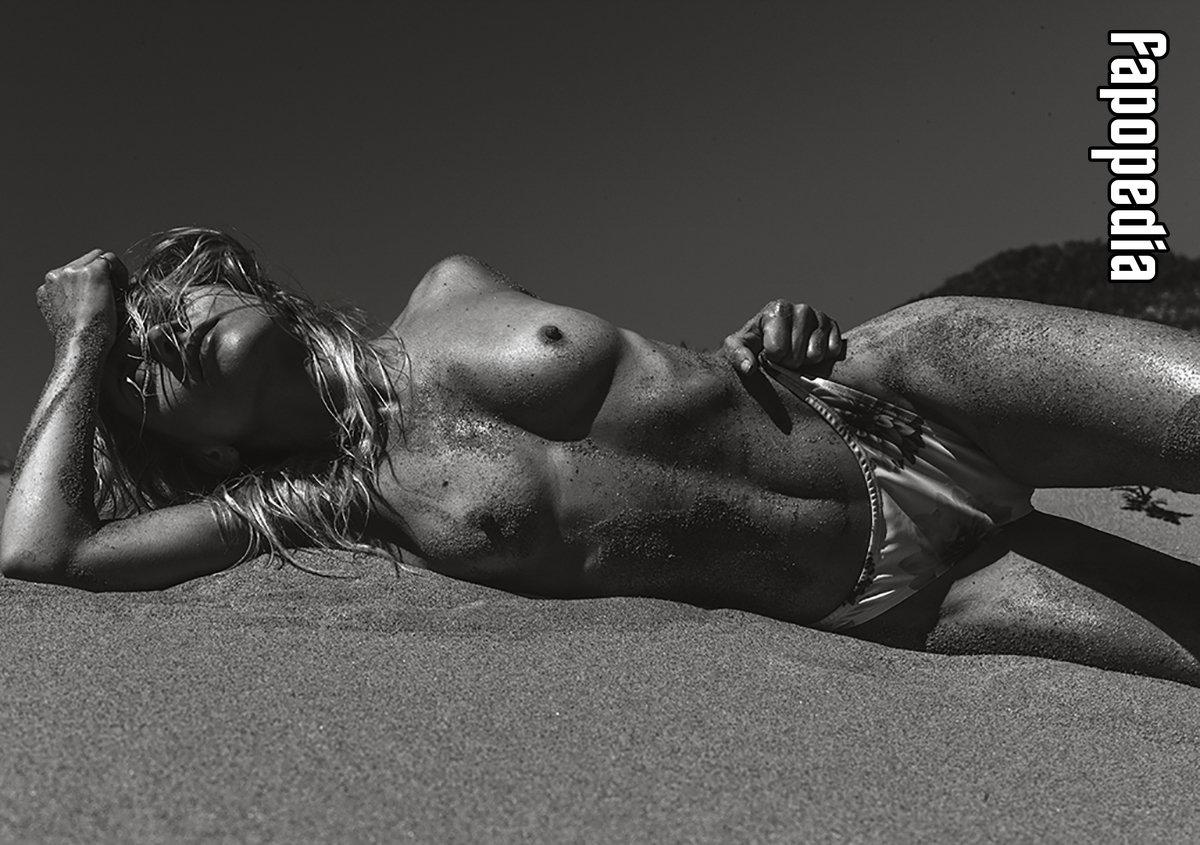 Courtney Cooper  nackt
