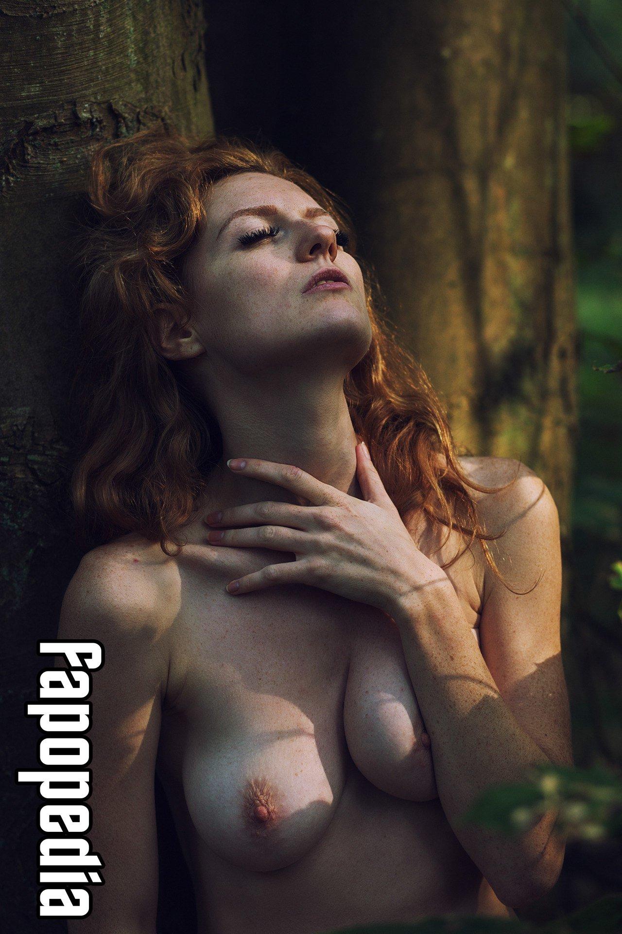 Sauvage nackt Leslie  Naked (1993)