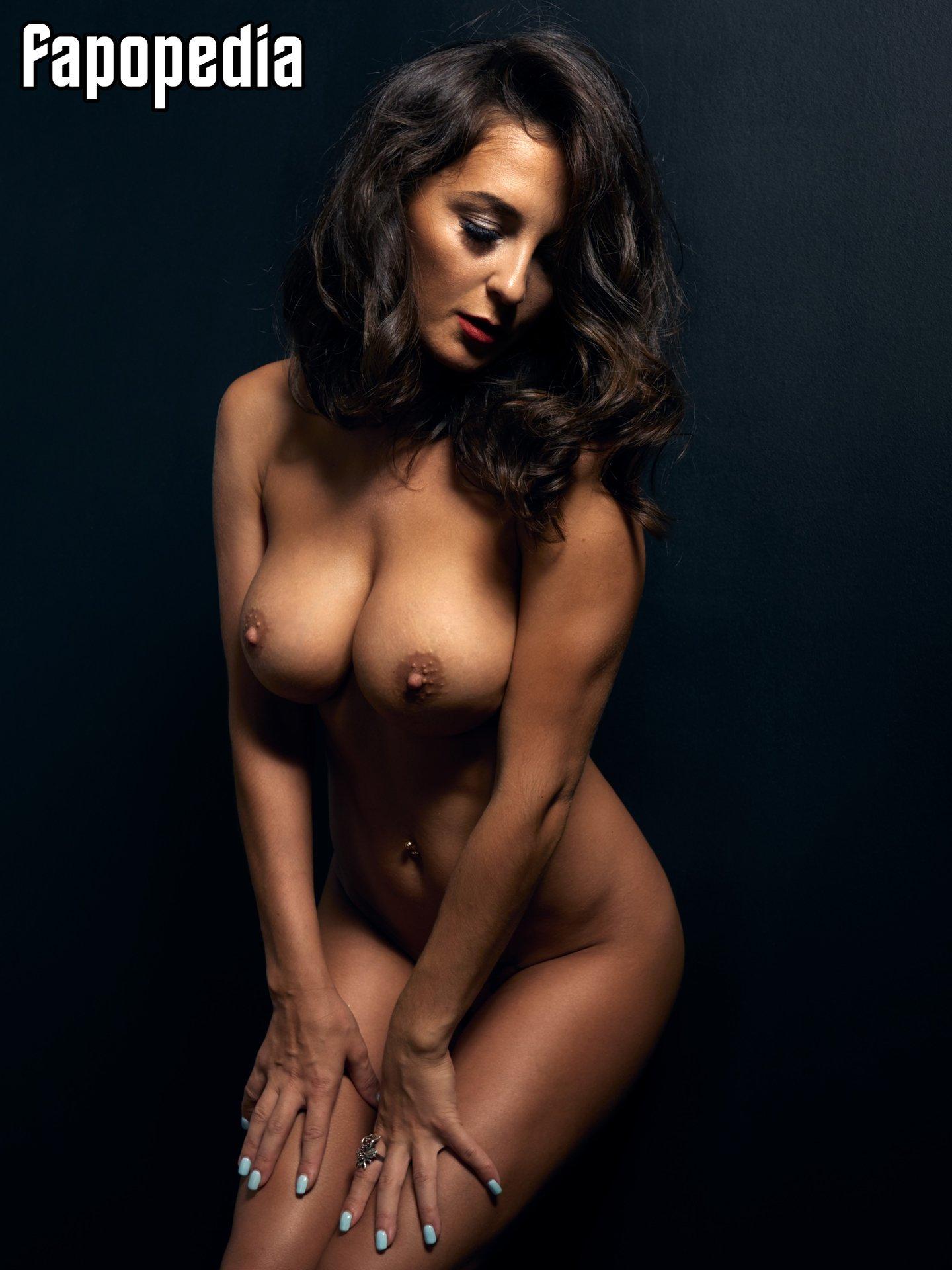 Nackt  April Alkins Naked Among