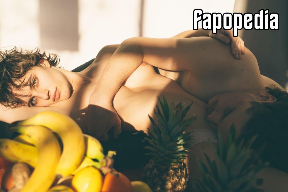 Valenzuela  nackt Doria Naked Yoga